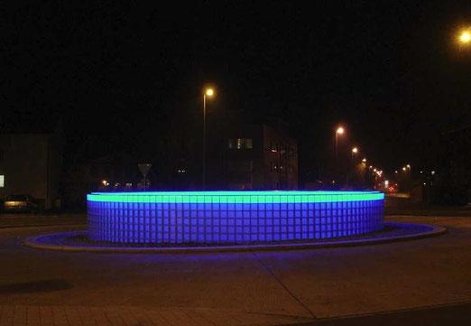 Kreisel in Fehraltdorf bei Nacht.    (Foto: dardelet, Landschaftsarchitektur)