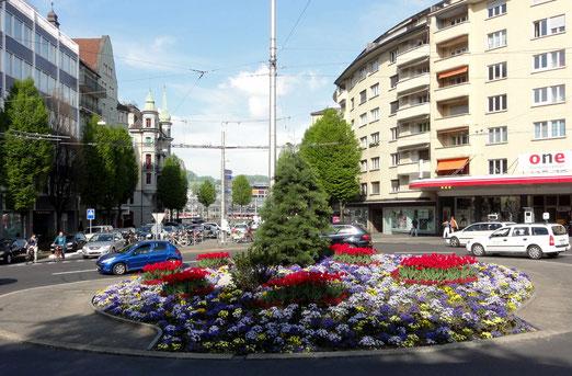 Bundesplatz-Rondelle in Luzern (Dieser Kreisel wird immer wieder  - seit Jahren – von der Stadtgärtnerei neu bepflanzt (Foto: Elmar Elbs, Luzern)