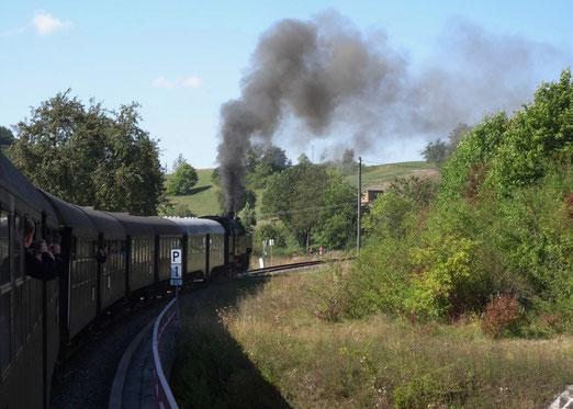 Die Wutachtalbahn verbindet Lauchringen an der Hochrheinbahn mit der an der Schwarzwaldbahn liegenden Gemeinde Hintschingen. Wegen ihres kurvenreichen Verlaufes und des Kreiskehrtunnels wird sie Sauschwänzlebahn genannt. (Gastbild von Elmar Elbs. Luzern)