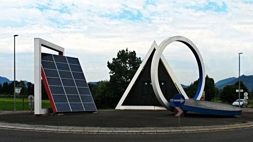 Kreisel in Lustenau (Nähe Technologiepark, vor der Grenze zur Schweiz).