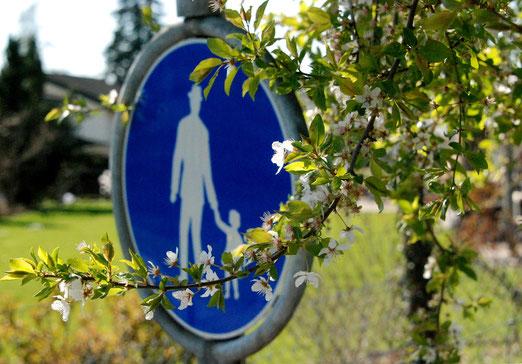 """19. April 2021 - Sind auch Verkehrsschilder rassistisch? Heisst dies etwa: """"Vater nimm dein Kind bei der Hand, und wandere durch die Obstgärten."""" Und was macht die Mutter?"""