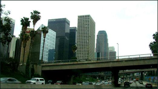 Auf sechsspuriger Autobahn durch Downtown Los Angeles.