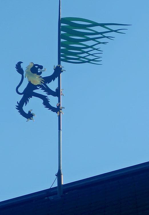 02. September 2021 - Ein mutiger Löwe, Wappentier von Grüningen, erklettert die Windfahne über dem Städtchen