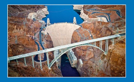 Hoover Dam Bypass-Bridge: Die neue Brücke ist 580m lang und bringt den US Highway 93 auf einer Höhe von 270m von Arizona nach Nevada. Es ist die zweithöchste Brücke Amerikas. (Dieses Bild ist keine eigene Foto!)