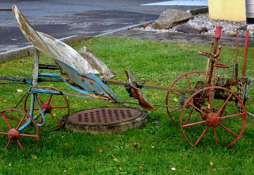 16. Dezmber 2019 - Der Pflug - einst wichtiges Arbeeitsgerät des Bauern - heute nostalgische Dekoration um Unschönheiten zu kaschieren