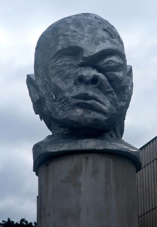 """30. August 2021 - Mahnmal """"Janus"""", ein Kopf mit zwei Gesichtern - Krieg und Frieden - von Kader Attia (Heimplatz Zürich)"""