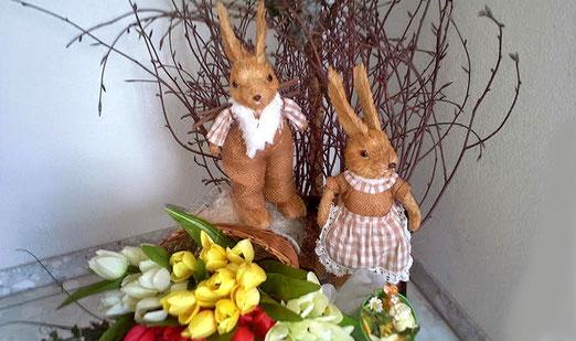 Die Osterfeiertage stehen vor der Türe. Auf Schritt und Tritt begegnen uns Schokoladenhasen und Eier. Frage a) Was haben die Hasen mit Ostern zu tun? - Frage B: Legen die Hasen Eier? (Foto: Hans Weiss, Flawil)