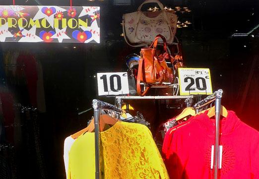 08. März 2020 - Promotion: Endpreis von Kleidern nach einem langen Weg aus dem fernen Osten. Wie  hoch war der Ausgangspreis in der Handelkette? Und wie hoch der Lohn der Macherinnen?