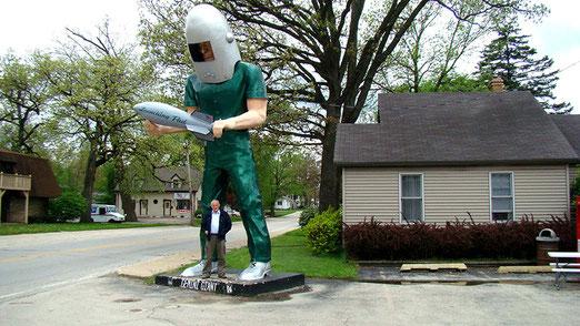 """Draussen auf der Strasse steht unser erster """"Muffler-Man"""", ein gigantischer Raumfahrer"""