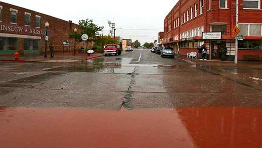Winslow Arizona - Navajo County - 32km2 Fläche - 10000 Einwohner. Braunes Wasser auf den Strassen.