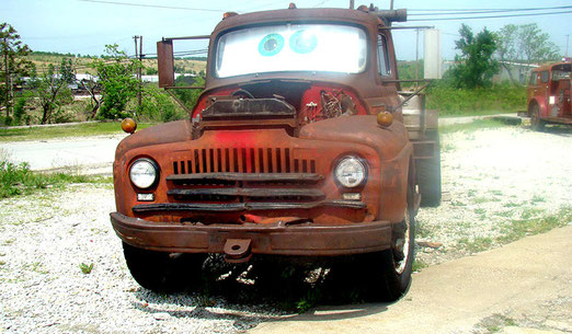 Auflösung heute: ... Hollywood-Produzent der Pixar-Studios auf der Durchreise durch die alten Autos auf dem Parkplatz inspiriert wurde.. (und morgen)