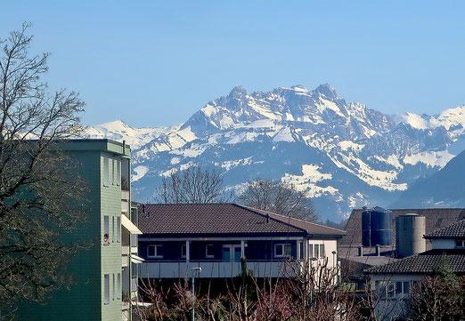 31. März 2021 - Stadt und Land. Oder, wie Berge in die Siedlung kommen.