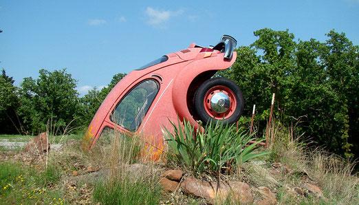 Aufmerksam werden wir auf John Hargroves durch einen VW, der am Strassenrand kopfvoran in der Erde steckt.