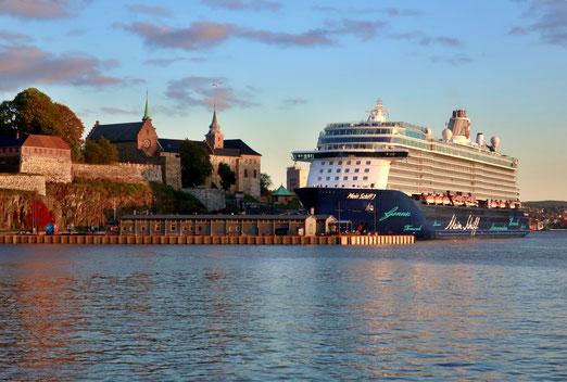02. Oktober 2019 - Spieglein, Spieglein im Meer, wer ist der grösste hier? Die Festung Akershus in Oslo - um 1300 erbaut oder das Kreuzfahrtsschiff - 2014 vom Stappel gelassen?