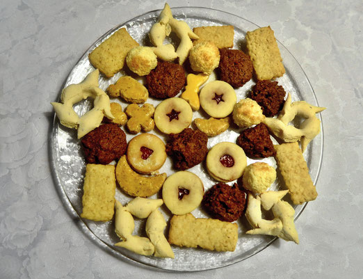 08. Dezember 2018 -Weihnachtsguetzli wurden erstmals im Mittelalter in Klöstern gebacken. Diese konnten teure Gewürze wie Zimt, Nelken, Muskat, Ingwer und Kardamom zu kaufen. Die Guetzli wurden dann an Arme verteilt.