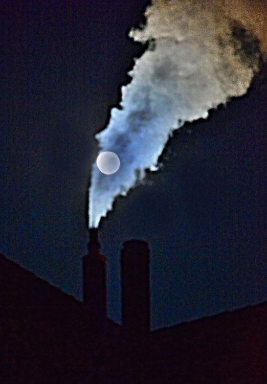 12. Januar 2020 - Zweikampf am nächtlichen Himmel: Mond und Rauch