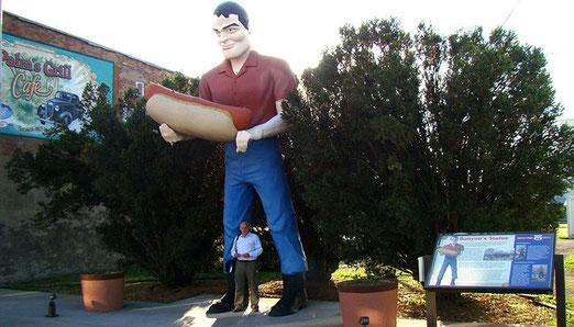 """In Atlanta (Illinois) treffen wir auf unseren zweiten """"Muffler Man"""", diesmal mit Hot Dog"""