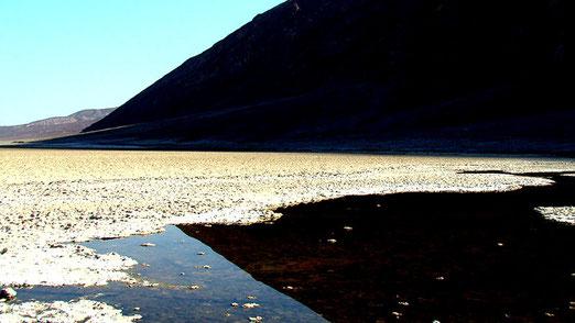 Irreale Welt - Badwater Basin: 85,5 Meter unter dem Meeresspiegel, der tiefste Punkt Amerikas.
