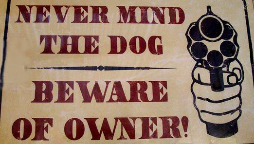 Der Laden ist ein Eldorado an Western-Gegenständen. Hier eine Warntafel: (Achtung vor dem Hund; aber nehmen Sie sich besonders vor dem Besitzer in Acht!