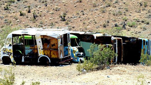 Weitere Fahrzeuge; ausgedient und in der Wüste entsorgt.