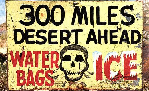 Warnschild - 300 Meilen Wüste vor uns - Ohne Wasser zu reisen kann tödlich enden!