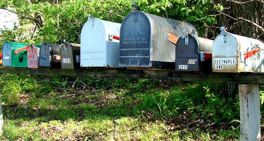 Ungewohnt für Europäer -  Eine Ansammlung von Briefkasten am Strassenrand