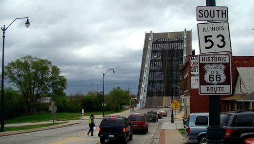 Kaum hat die Fahrt begonnen, schon das erste Hindernis - Die Brücke ist oben.