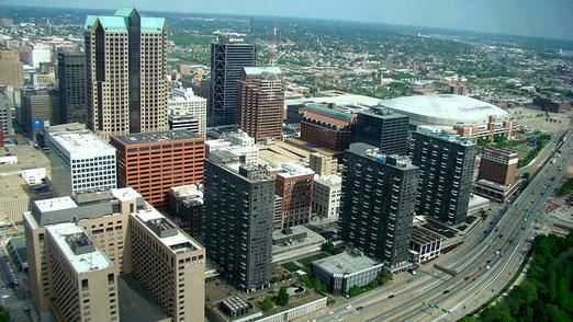 Aussicht vom Gateway Arch auf die Stadt St. Louis.