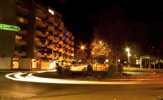 Homburg (DE) by Nacht. Verkehrskreisel Ecke Talstrasse und Zweibrücker Tor.