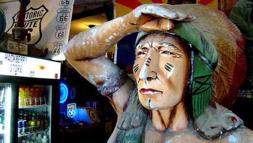 Hackberry General Store (Arizona): Der Hualapai-Indianer hält Ausschau nach Kundschaft.
