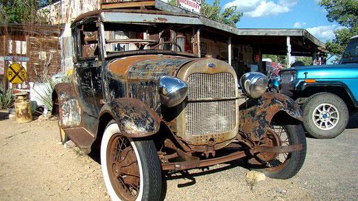 Dieser alte Ford vor dem Hackberry General Store hat schon bessere Zeiten gesehen.