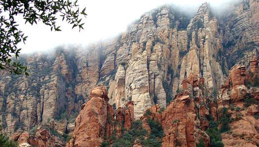 Die Strasse führt durch tiefe Schluchten an nebelverhangenen, imposanten Felsgebilden vorbei.