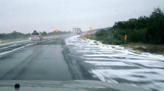 Dunkle Gewitterwolken liessen uns die Flucht ergreifen. Auf der Rückfahrt - Es hagelt in Arizona.