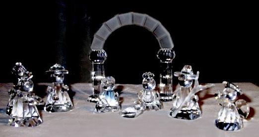 Swarovski-Krippe aus Silberkristall, aus dem Programm 1993, 9-teilig, Heilige Familie, Dreikönige, Hirte, Engel und Triumphbogen, Höhe der Figuren 4.5 – 7 cm