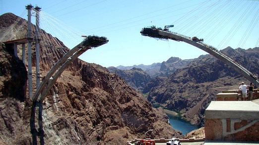Damit der gesamte Verkehr nicht unten an der Staumauer vorbeiführt, ist eine gigantische Brücke über den Colorado- River im Black Canyon im Bau. Baubeginn: Februar 2005. Eröffnung Oktober 2010. (Foto von 2009)
