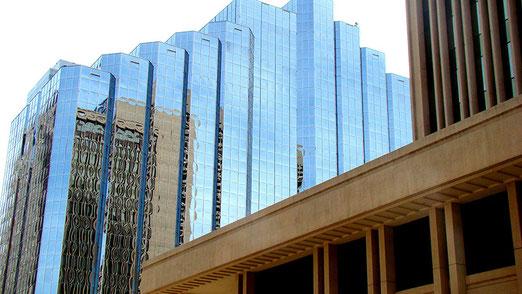 Oklahoma's Innenstadt mit vielen Hochhäusern, viel Glas und moderner Architektur.