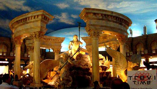 Der nachgebildete Trevi-Brunnen von Rom mitten im riesigen Komplex des Caesars-Hotels.