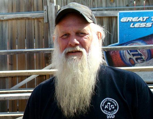 """Der Besitzer der berühmten Elbow-Inn Bar am Big Piney River (Ein """"Muss"""" für Route 66-Reisende)"""