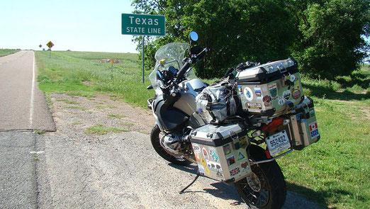 Auch Gilles, ein Weltenbummler, hält an der Grenze zu Texas an. Er hat die Strecke von Montreal bis hieher in 5 Tagen bewältigt.
