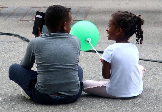 05. August 2021  - Spass der Kinder: Ballon und Handy