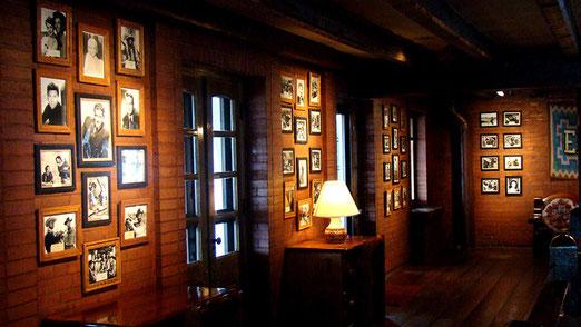 In und um Gallup wurden in den 1940/50er Jahren über 100 Western gedreht. Die Stars übernachteten im El Rancho. Dutzende, meist signierte, Portraits von berühmten Filmstars zieren die Wände des El Rancho