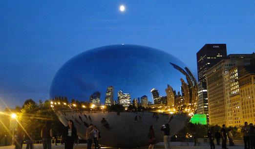 """Chicago: Cloud Gate (The Bean, """"Die Bohne"""") ist das zentrale Kunstwerk des Millenium Parks (erbaut 2006). Hier nachts bei Nacht und Mondschein"""