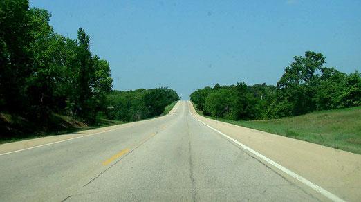 Wir erleben die grosse Freiheit und Ruhe auf der Fahrt durchs grüne Oklahoma bei stahlblauem Himmel