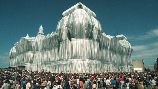 Spektakulär: der verhüllte Reichstag 1995. Millionen von Menschen kamen, um das Kunstwerk zu betrachten. (dpa / picture alliance / Wolfgang Kumm)