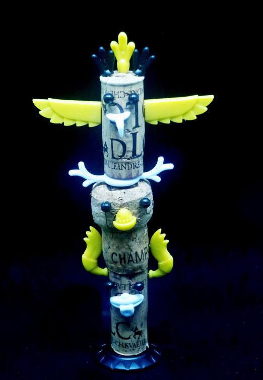 16. November 2020 -Totempfahl. Wer viel trinkt, kommt auf seltsame Ideen. Es fehlen nur noch tanzende Indianer (pardon: Vertreter indigerer Völker).