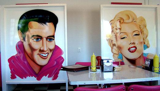 Sitzordnung bei Mr. D'z: Sitzplatz links oder rechts? Elvis oder Marylin in die Augen schauen?
