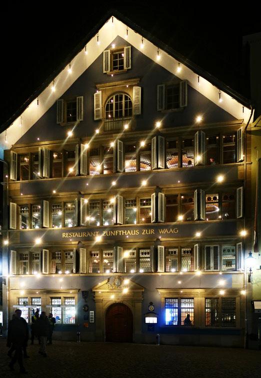 2824 - 21, Dezember 2019 - Ein altes Zunfthaus, zur Weihnachtszeit ein Lichthaus