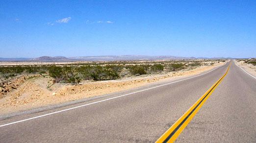 Auf der einsamen Strasse Richtung Victorville (Kalifornien)
