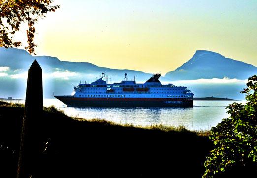 27. September 2019 - Die Hurtigruten - das einstige Postschiff unterwegs bei Harstad (Vesteralen) - auf der Fahrt zu den Lifoten