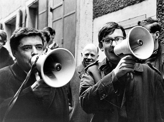"""Eines der vielen Momente, welche Eric Bachmann festgehalten hat. """"Dada""""-Erinnerung in den 60er Jahren. Im Bild die jungen Fernsehschaffenden Gianni Paggi (links) und Peter K. Wehrli (rechts)"""